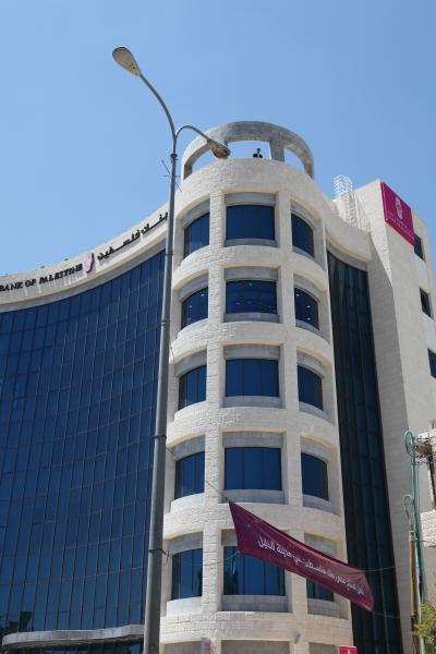 بنك فلسطين يقدم دعمه لافتتاح قاعة متعددة الأغراض في مخيم عين السلطان بمدينة أريحا